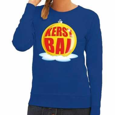 Foute feest kerst sweater met gele kerstbal op blauwe sweater voor da