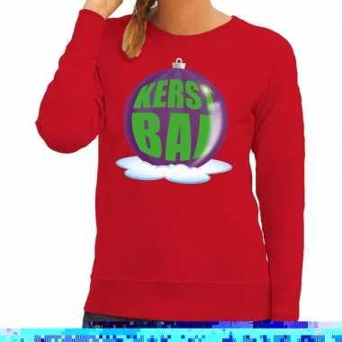 Foute feest kerst sweater met paarse kerstbal op rode sweater voor da