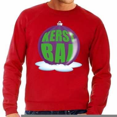 Foute feest kerst sweater met paarse kerstbal op rode sweater voor he