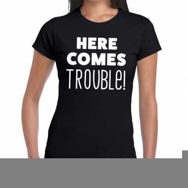 Fun t-shirt here comes trouble zwart voor dames
