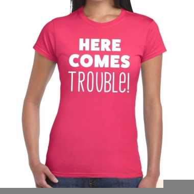 Here comes trouble fun t-shirt roze voor dames