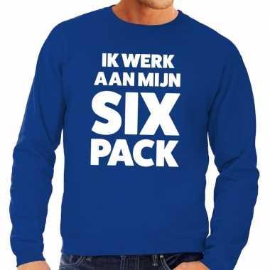 Ik werk aan mijn six pack fun sweater blauw voor heren