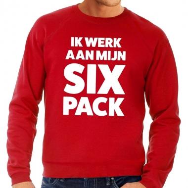 Ik werk aan mijn six pack fun sweater rood voor heren