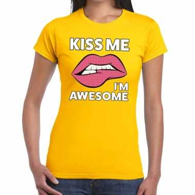 Kiss me i am awesome geel fun-t shirt voor dames