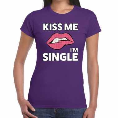 Kiss me i am single paars fun-t shirt voor dames