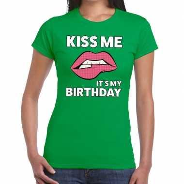 Kiss me it is my birthday groen fun-t shirt voor dames