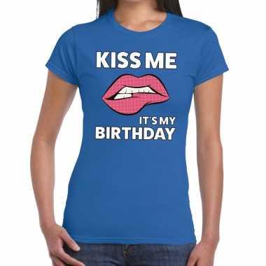 Kiss me it is my birthdayblauw fun-t shirt voor dames