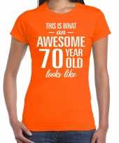 Awesome 70 year cadeau t-shirt oranje voor dames