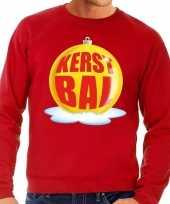 Foute feest kerst sweater met gele kerstbal op rode sweater voor heren