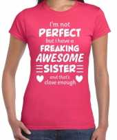 Freaking awesome sister zus cadeau t-shirt roze voor dames