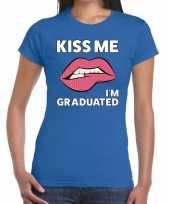 Kiss me i am graduated blauw fun t-shirt voor dames