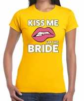 Kiss me i am the bride geel fun t-shirt voor dames